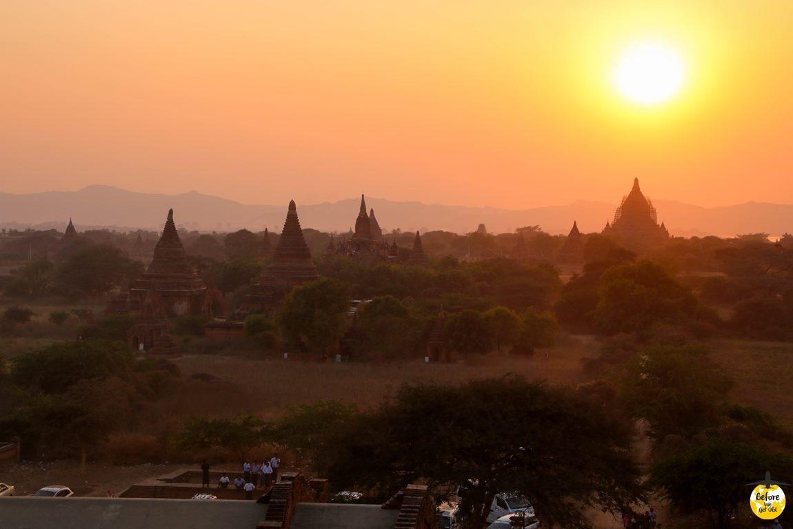 Bagan w Birmie zachód słońca