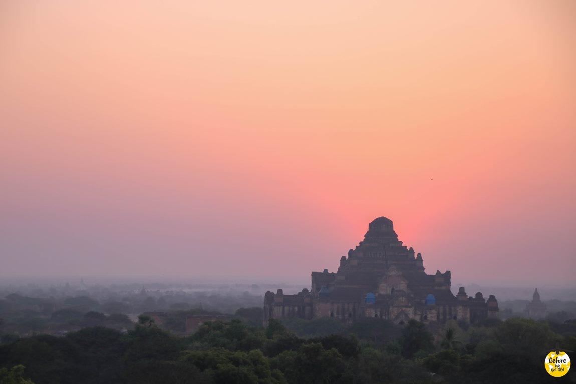 różowy wschód słońca Bagan