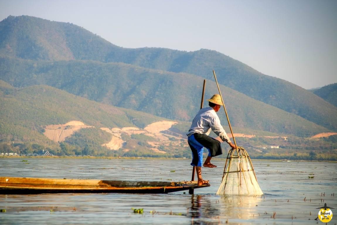rybak z siecią na jeziorze Inle Lake