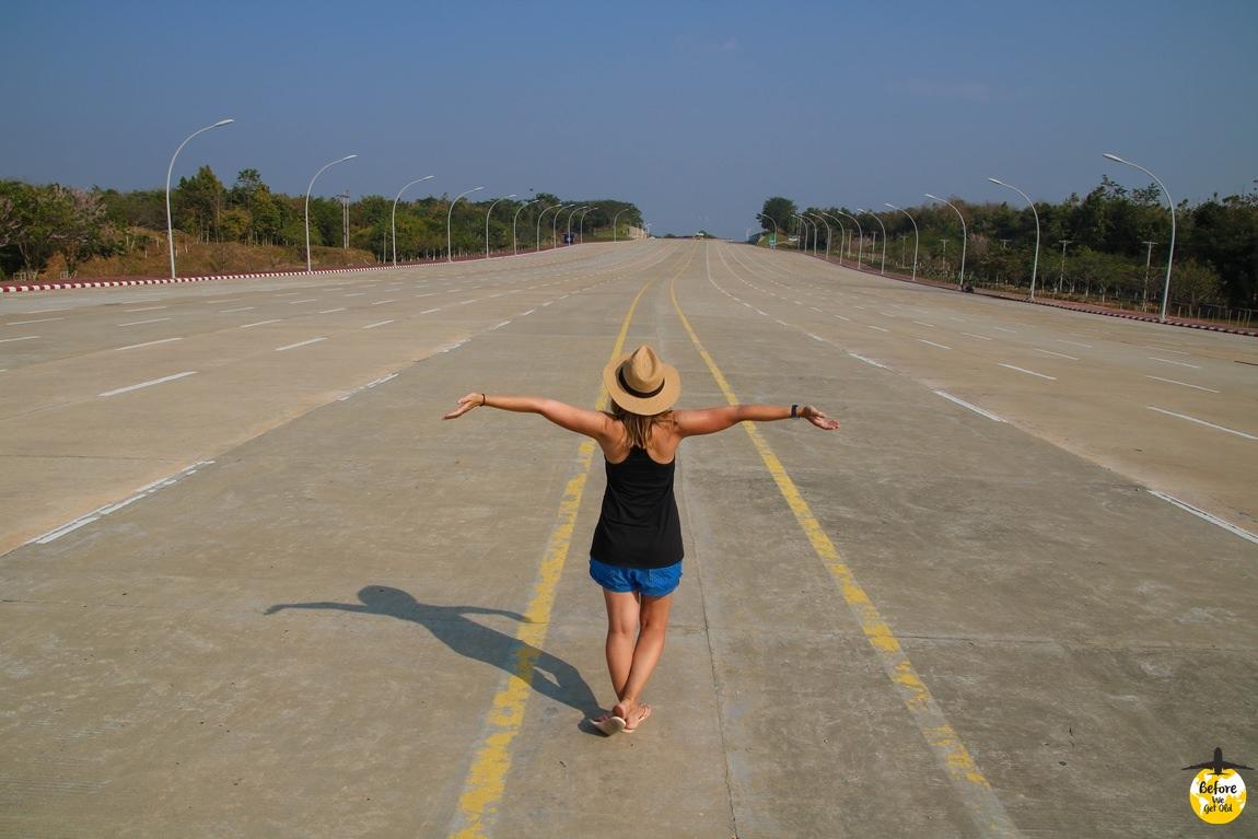 Stolica Mjanmy - wielka autostrada i dziewczyna w kapeluszu