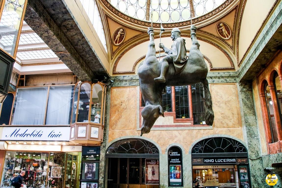 3 dni w Pradze rzeźba wiszącego konia